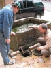 Abflußreinigungsaktion am Brunnen vor der alten kath. Kirche am 30.05 (5)