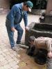 Abflußreinigungsaktion am Brunnen vor der alten kath. Kirche am 30.05 (6)