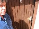 Ortstermin mit Raimund am 03.06.2015 eingetretene Tür bei öffentl. Toilette unter Edeka (2)